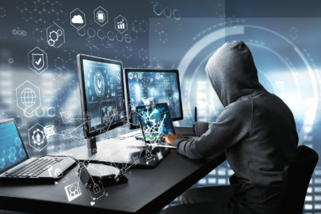 Penetrační tester sedí upočítače ahackuje síť
