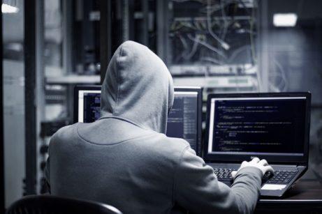 Etický hacker započítačem testuje síť
