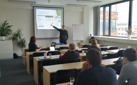 Školitel prezentuje zaměstnancům zásady IT bezpečnosti